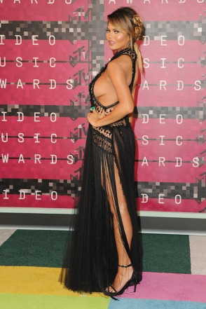 chrissy-teigen-goes-commando-mtv-vmas-2015-ftr